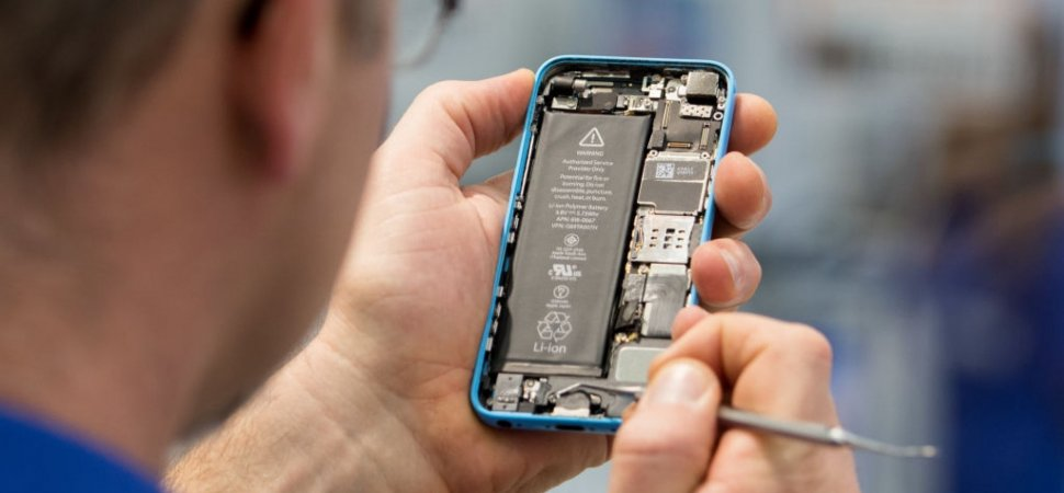 repair-shops-want-to-figure-out-how-to-fix-your-iphone.-biden-wants-to-make-sure-they-can