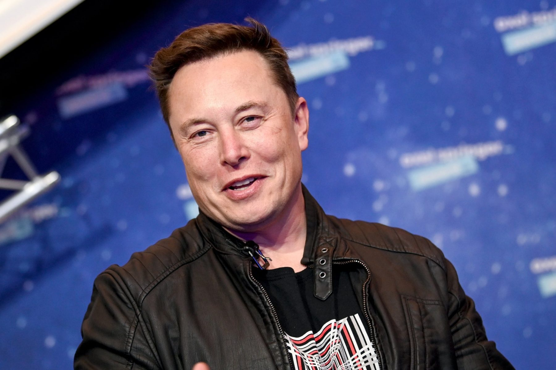 elon-musk-makes-fun-of-bezos-on-twitter,-purposely-spells-his-name-wrong